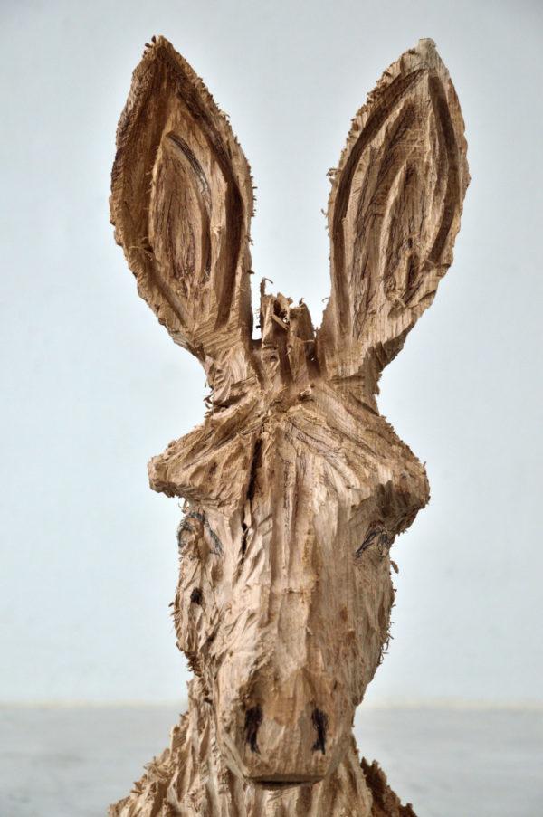 sculpture en bois représentant un âne, art contemporain